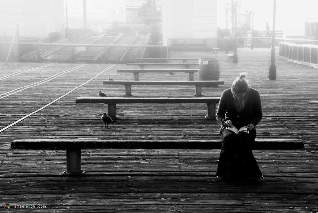 donna sola che legge